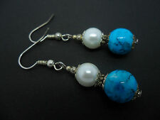 Un par de Azul Turquesa Y Cristal Blanco Perla Plateado pendientes.