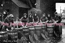 LI 104 - Fisher Girls At Work, Grimsby, Lincolnshire c1915 - 6x4 Photo