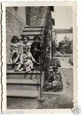 Jeunes enfants avec poupée celluloïd escalier - photo ancienne snapshot an.1950