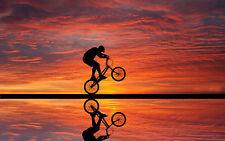 Enmarcado impresión Bmx Rider haciendo acrobacias al atardecer (Imagen Arte Cartel Push Bici)