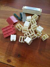 Lot de 26 pieces d'un ancien jeu de construction vintage briques toiture