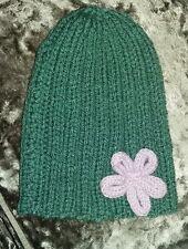 Precioso Damas tejida a mano tirar-en Verde Sombrero Con Flor Lila. nuevo