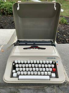 Vintage Underwood 319 Portable 1970s Manual Typewriter w/Case