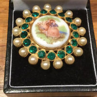 VINTAGE GOLD TONE LOVERS PICTURE BROOCH EMERALD GREEN RHINESTONES & faux pearls