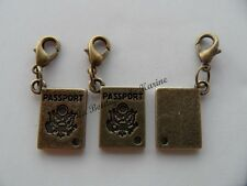 LOT 3 CHARMS BRELOQUE A FERMOIR METAL BRONZE FORME PASSEPORT - BIJOUX PERLES