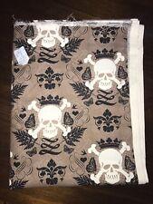 Fat trimestre Noir Crâne /& crossbone sur tissu en polycoton blanc matelassage