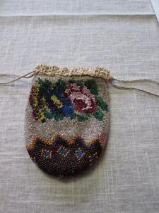 Toller Biedermeier Perlenbeutel um 1840 in wirklich gutem Zustand Blumen Rose