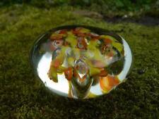 Pisapapeles de cristal con fragmentos de millefiori y burbujas amarillo y naranja