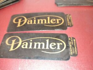 Daimler ROCKER COVER BADGES BLACK  C35733 PAIR NOS Ventildeckel Aufkleber