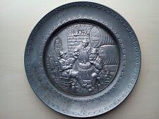 Assiette murale déco étain motif relief personnage cave à vin 19cm 275G.   .D4