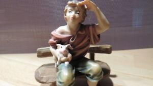 Handgeschnitzte Krippenfiguren-Junge auf Bank handbemalt Bergahorn 9cm