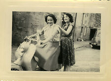 PHOTO ANCIENNE - VINTAGE SNAPSHOT - SCOOTER VESPA FEMME MOTO - MOTORBIKE WOMAN