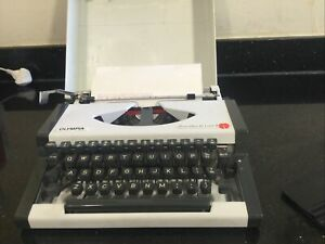 Vintage Olympia Traveller De Luxe S Portable Typewriter + CarryCase 1970 Germany