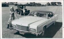 1970 Press Photo Women w Vintage 1971 Lincoln Continental & 1921 Lincoln Auto