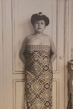 Femme en robe (vers 1920). Photographie originale. Tirage argentique d'époque.