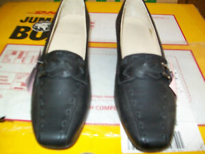 Womens Size 7 Black Shoe with Leather Heel