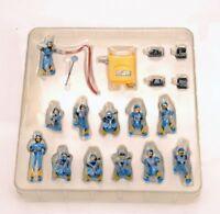 1/43 Mini Figure Racing Repair Station Oiler Changing Tire Worker Set Model Toy