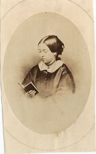 PHOTO CDV : REINE VICTORIA lisant un livre / QUEEN reading book albumen