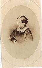 PHOTO CDV : REINE VICTORIA lisant un livre / QUEEN reading book albumen