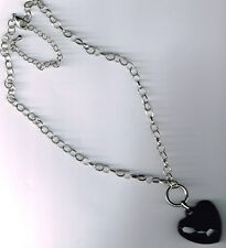 N°20. Collier Court sur chaine avec grosse perle noir forme coeur.