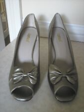 BRAND NEW  GOLD HEELED PEEP TOE L;EATHER SHOES BY LOTUS +BOW SZ 8D