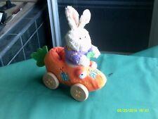 Fizzy creación laribolid francés hizo conejo en un coche con ruedas de madera en movimiento