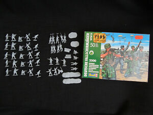 Revell 2500 German Paratroopers WWII Green Devils  1/72