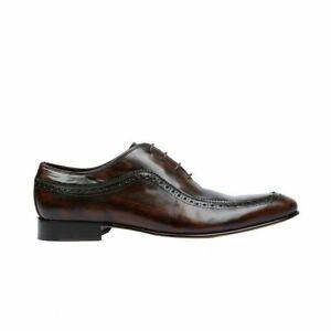 Une paire de chaussures richelieu en cuir marron véritable faites à la main pour
