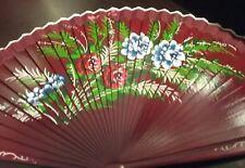 Ventaglio in legno bordeaux dipinto a mano su un lato con fiori rossi e blu