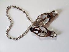 Clips de trébol de metal plateado con cadena a juego con una paleta de imitación cuero ramera