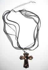 bijoux fantaisie collier avec pendentif croix non porté