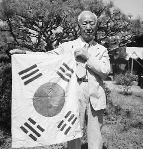 President Syngman Rhee Displays The Korean Flag Korea 1950 OLD PHOTO