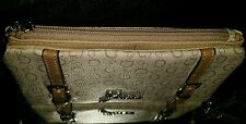 GUESS FILE CLUTCH LAKEVIEW G SIGNATURE ALLOVER NUDE. EXTERIOR ZIPPER POCKET.