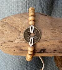 Bracelet feng shui beige en perles de bois et pièce chinoise porte bonheur