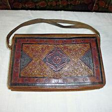Ancien petit sac à main cuir décor repoussé signé 1900