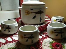 VINTAGE WEST BEND STONEWARE BEAN POT WITH SET OF 4 CUPS