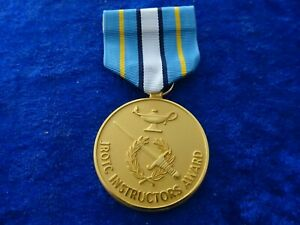 (A52-1) US Army ROTC JROTC Cadet Instructor Medal gold