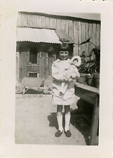 PHOTO ANCIENNE - VINTAGE SNAPSHOT - ENFANT FILLE JEU POUPÉE JARDIN - CHILD DOLL