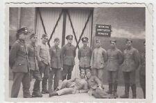 """(F1015) Orig. Foto Wehrmacht-Soldaten vor Gebäude """"Betreten Verboten"""""""