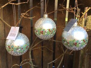Gisela Graham Christmas matt white with leaf berry band glass bauble set of 3