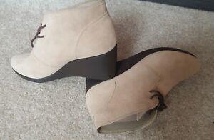 BN Ladies Light Brown Lace Up Crocs Boots Size 6