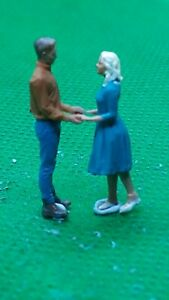 fine scale model figure 00 gauge  handpainted young loving couple holding hands