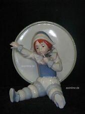 +# A012413_05 Goebel Archiv Ruiz Clown Harlekin vor großer Trommel 11-404 Plombe