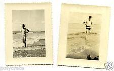 Jeunes hommes maillot de bain plage bord mer - photo argentique ancienne an.1950
