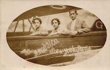"""Flugzeug, Zwei Damen mit Begleiter, Foto-AK, """"New York-Paris"""", um 1910/20"""