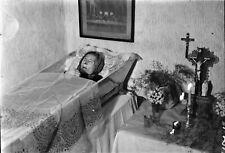 Vintage NEGATIV Foto Post Mortem Bäuerlich Sarg Kreuz Jesu Schaumglas Leuchter