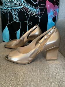 Clarks Gold Leather Court Peep Toe Size 7 D In A Box