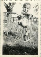 PHOTO ANCIENNE - VINTAGE SNAPSHOT - ENFANT BÉBÉ PARC GRIMACE GAG DRÔLE - CHILD