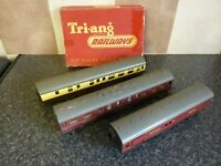 3x TRI-ANG RAILWAYS OO GUAGE CARRIAGES & BOXED LEVEL CROSSING VGC