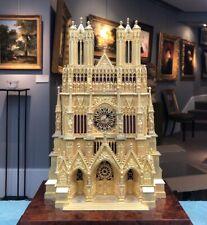 """Pendule dite """"à la cathédrale"""" en bronze doré figurant Notre-Dame de Reims"""